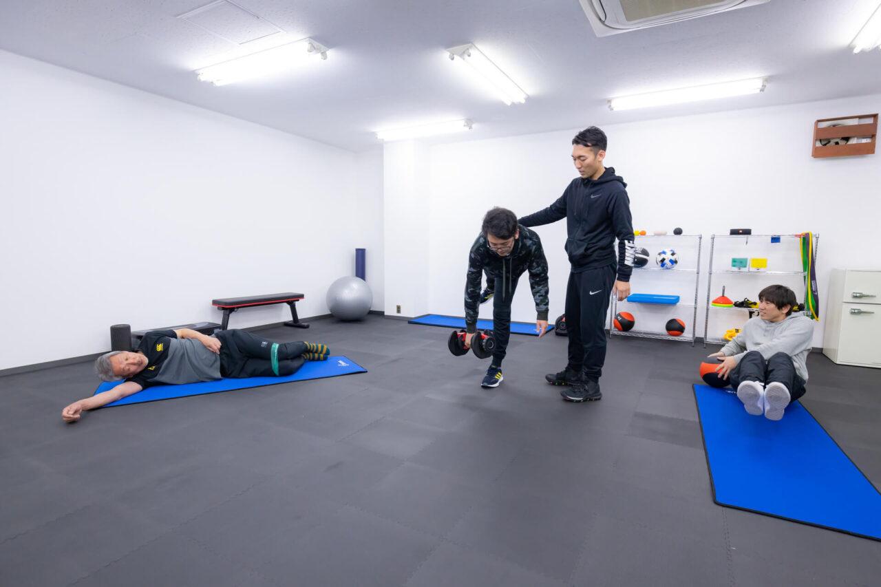 パーソナルトレーニングを指導するトレーナー